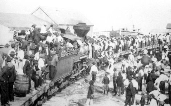 Crowds greet arrival of first Apalachicola Northern Railroad company train, Apalachicola, 1907. Photo credit: State Archives of Florida